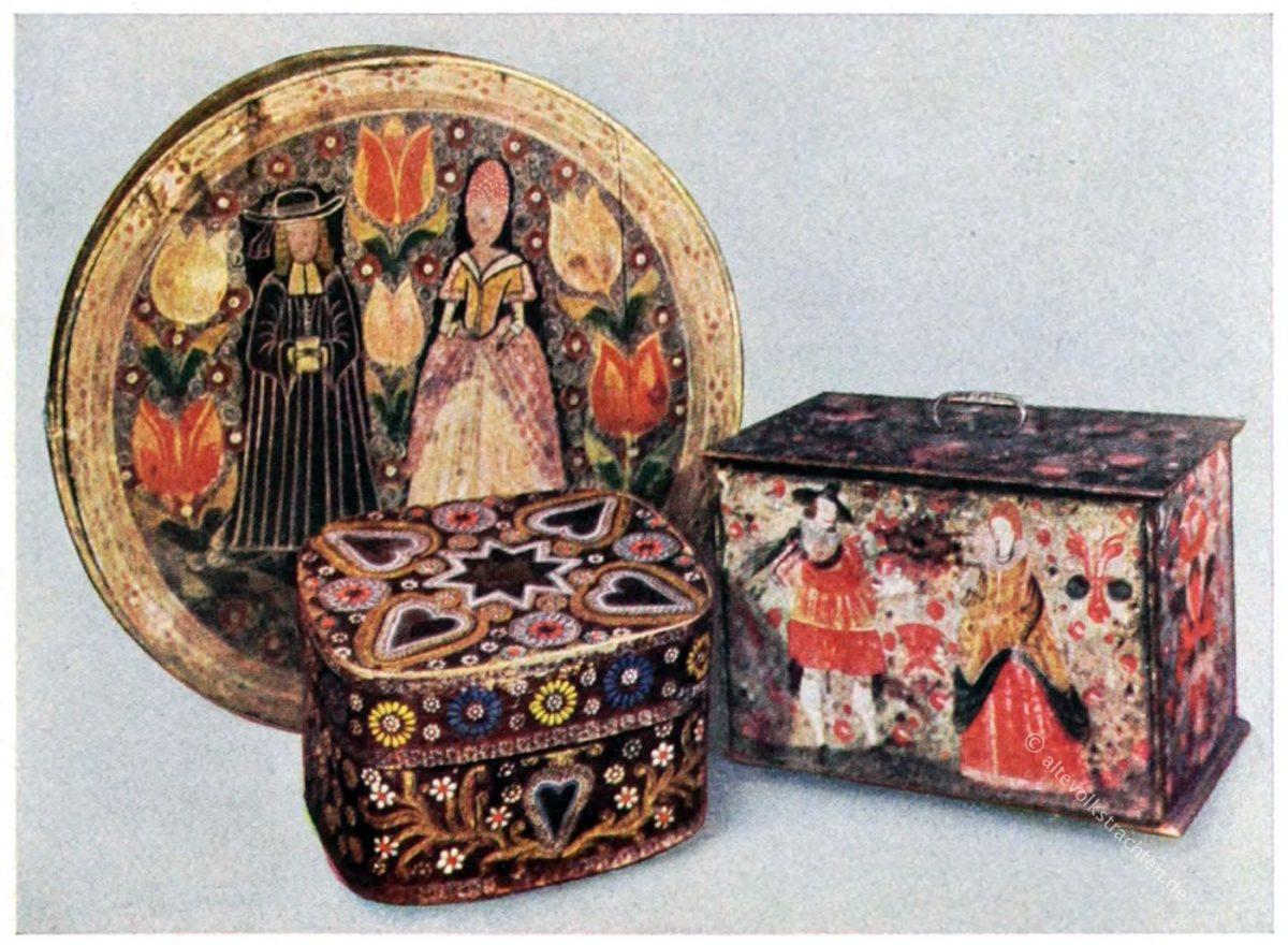 Brauttrühelein aus dem 17. Jahrhundert; runde Brautschachtel aus dem 18. Jahrhundert; Berchtesgadener Spanschachtel aus dem 19. Jahrhundert. Alle im Bayerischen Nationalmuseum in München.