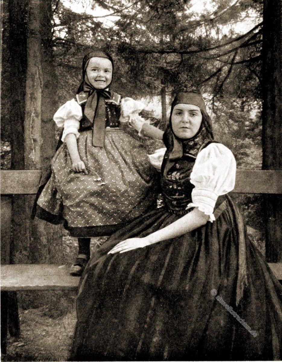 Trachten aus St. Georgen im Schwarzwald um 1912 von Rose Julien. Die Deutschen Volkstrachten zu Beginn des 20. Jahrhunderts. Kultur,- und Modegeschichte.