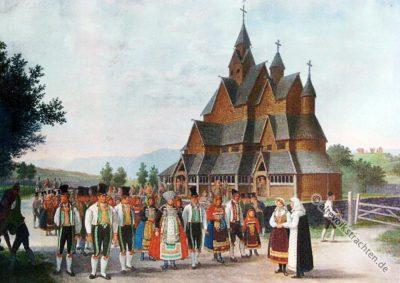 Stabkirche zu Heddal, Telemark, Norwegen mit Volkstrachten