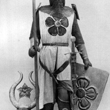 Ritter im Kettenpanzer von ca. 1300. Mittelalter Bewaffnung.