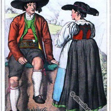 Historische Tiroler Trachten aus dem Sarntal.