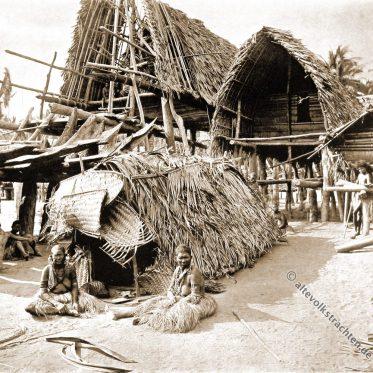 Trauernde und Totenhaus in Kalo, Neuguinea.