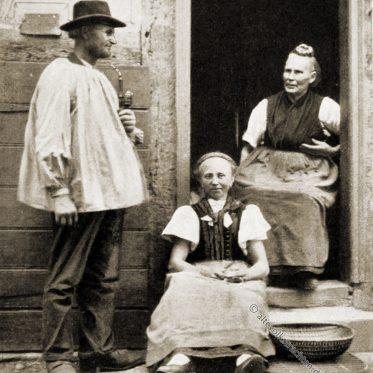 Schnatz Frisur. Hessenfamilie in Haustracht um 1912.