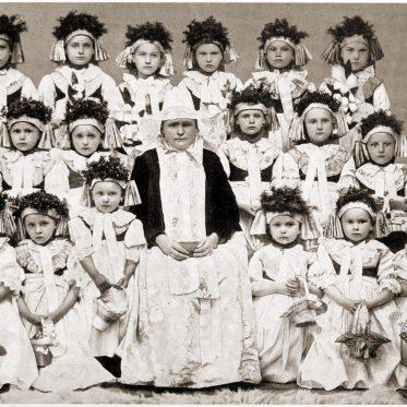 Kinder von der Fronleichnamsprosession in Beuthen