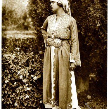 Griechische Frauentrachten aus Athen um 1920.