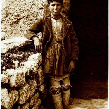 Hirtenjunge aus Griechenland um 1920.