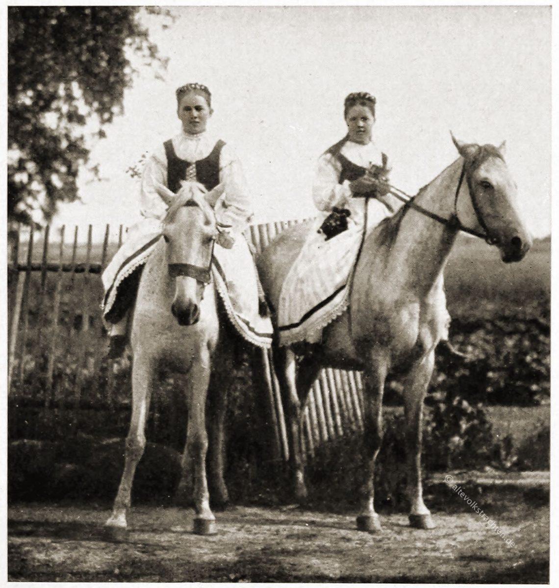 Festtrachten aus Litauen. Junge Frauen zu Pferd.
