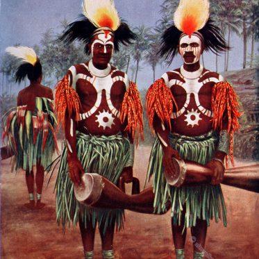 Tänzer vom Flyriver Gebiet in Festtracht.