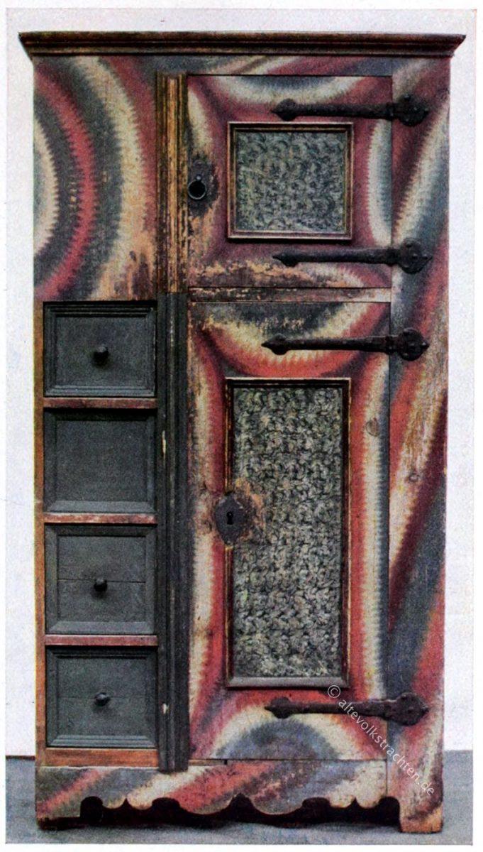 Bauernmöbel aus dem späten 17. Jahrhundert. Bemalter bäuerlicher Brotschrank aus der Zeit des Barock.
