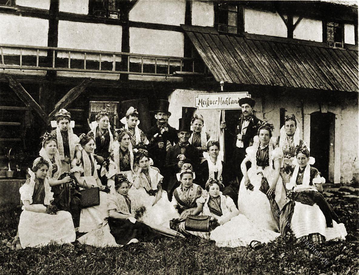 Sächsische Festtrachten aus dem Meißner Hochland. Brusttuch und  Bänderhaube. Historische Trachten und Kostüme.