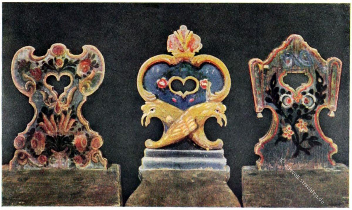 Bayerisch-österreichische Stuhllehnen von 1851 (Mitte) bzw. aus dem früheren 19. Jahrhundert. Bayerisches Nationalmuseum in München. Alte bemalte Bauernmöbel.