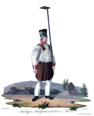 Freiberger Amalgamierarbeiter in Paradetracht, 1830. Umgebung Amalgamirgebäude. Trachten der Berg- und Hüttenleute im Königreich Sachsen.