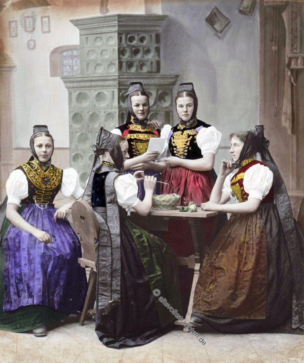 Schwarzwälderinnen aus dem Amt Neustadt. Badische Volkstrachten 1896