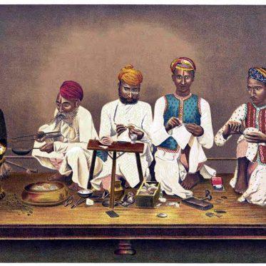 Traditionelle Emailleure bei der Arbeit. Indien Kunsthandwerk.