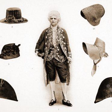 Staatskostüm des Rokoko. Männliche und weibliche Kopfbedeckungen.