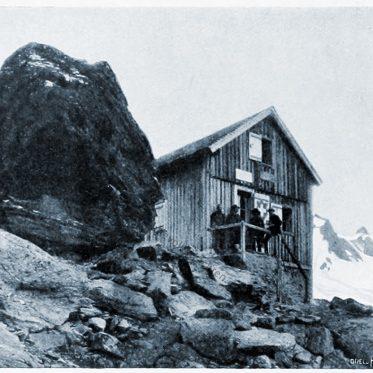 Die Valsoreyhütte. Aussicht auf den Mont Vélan mit Glacier de Valsorey.